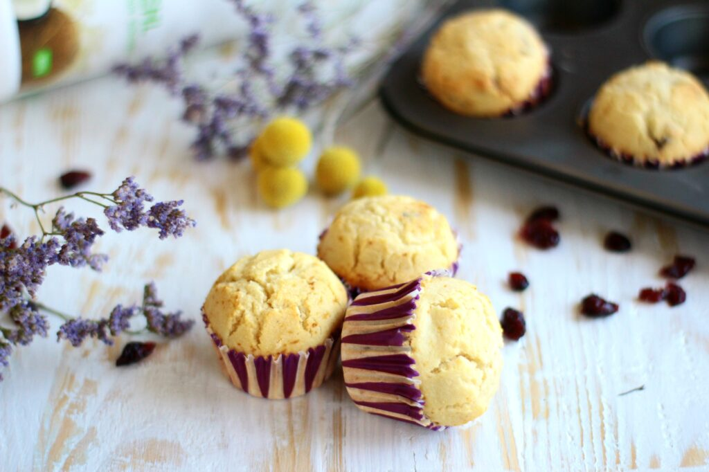 Muffin cocco e mirtilli essiccati